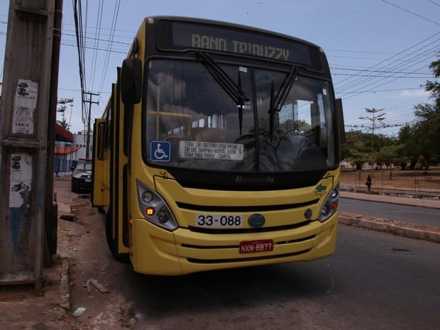 Ônibus no qual assaltantes balearam usuários em assalto, em São Luís (Foto: Biné Morais / O Estado)