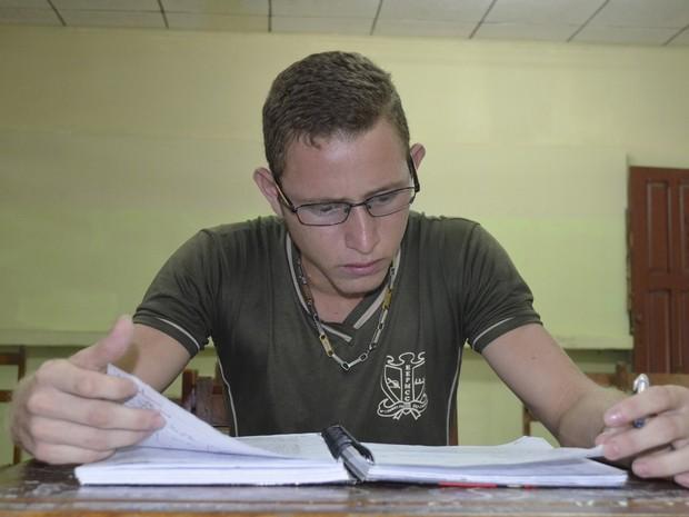 Estudando manhã, tarde e noite, Bruno pretende usar a nota do Enem para ingressar no curso de Direito na UNIFAP (Foto: Abinoan Santiago/G1)