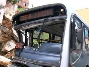 Nove pessoas estavam no ônibus no momento do acidente.  (Foto: Reprodução/TV Gazeta)
