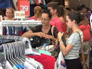 Consumidores vão às compras em Ribeirão Preto, SP (Foto: Maurício Glauco/EPTV)