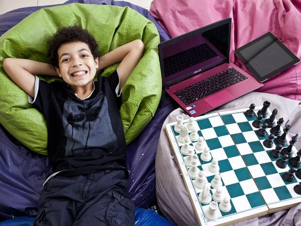 João Pedro, de 9 anos, tem facilidade com matemática e eletrônicos e foi diagnosticado como superdotado (Foto: Guilherme Zauith/G1)