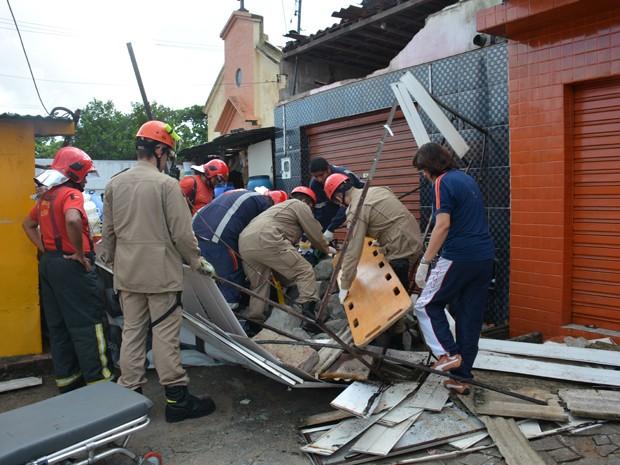 Duas pessoas ficaram presas nos escombros na Avenida Cruz das Armas, em João Pessoa (Foto: Walter Paparazzo/G1)