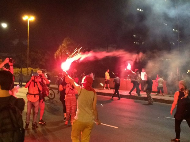Grupo protesta em frente ao Mercado Público de Porto Alegre (Foto: Fábio Almeida/RBSTV)