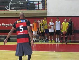 Ron Harper visita o time de basquete do Flamengo