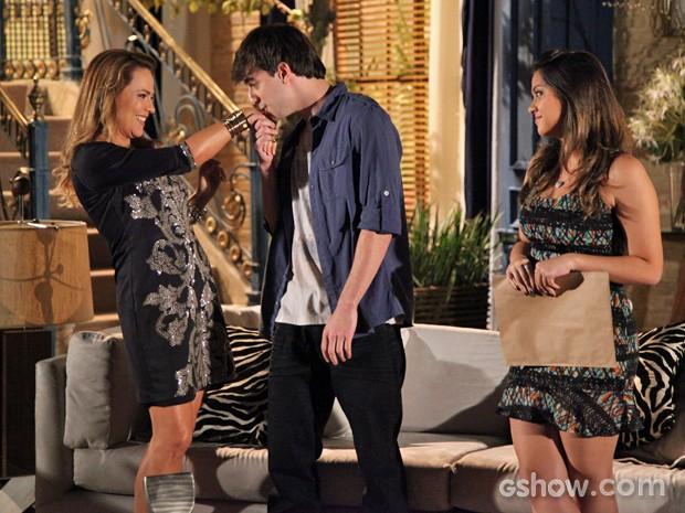 Lucas conquista Shirley e dá beijo na perua (Foto: Carol Caminha/TV Globo)