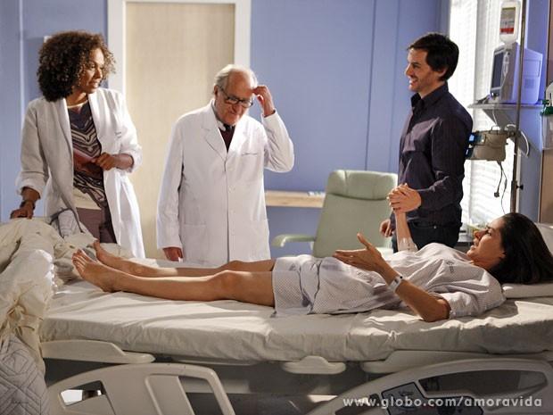 Leila continua tensa, pois não sente o reflexo que os médicos observaram (Foto: Amor à Vida/TV Globo)