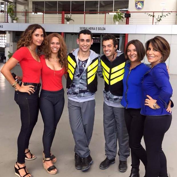 Camila Pitanga, Paulo Verlings e Gloria Pires com seus respectivos dublês (Foto: Reprodução)