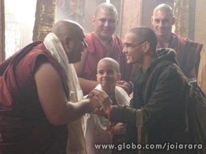 Sonan se despede dos amigos monges (Foto: Joia Rara/TV Globo)