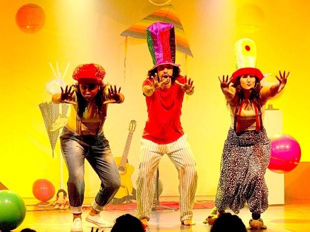 Espetáculo 'Mel de Melão', do grupo Monofoliar, mescla música, cenografia e iluminação numa linha lúdica para as crianças. (Foto: Divulgação / Assessoria Sesc-MT)