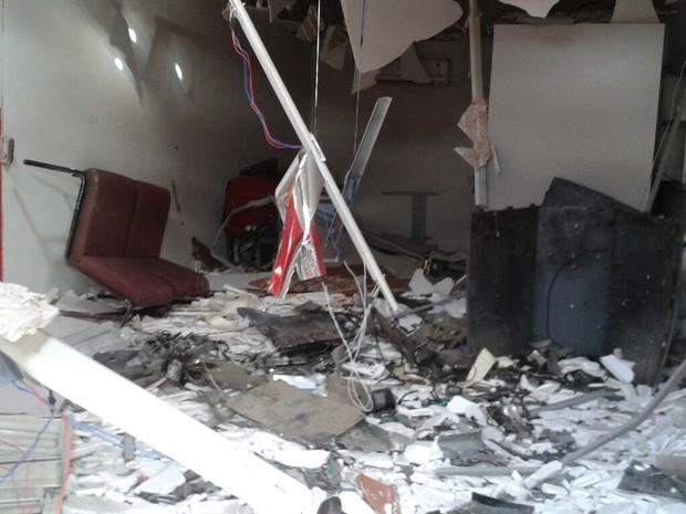 Interior do posto de atendimento bancário ficou destruído em Olivedos (Foto: Felipe Valentim / TV Paraíba)