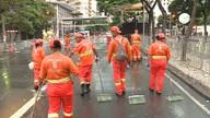 Garis têm trabalho para deixar a cidade limpa após a passagem de blocos em BH