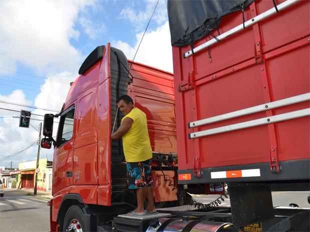 Homem foi flagrado se equilibrando na parte externa de um caminhão em movimento (Foto: Walter Paparazzo/G1)