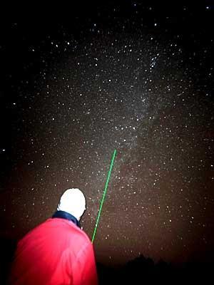 Homem usa umraio laser para apontar chuva de meteoros na ilha de Tenerife. (Foto: Martin Desiree / AFP Photo)