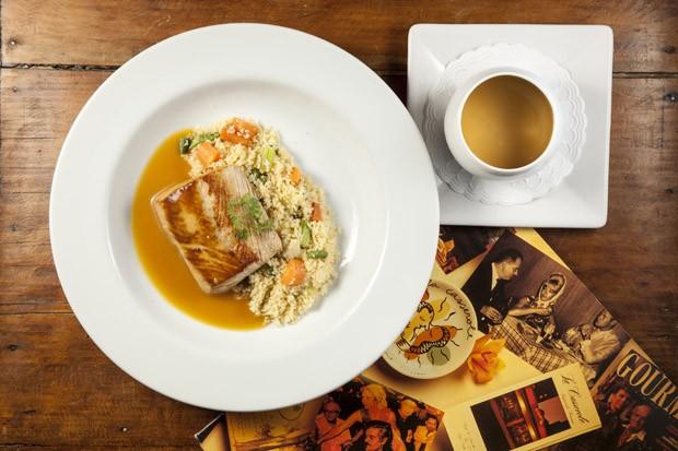 Peixe do dia, molho de laranja e couscous de legumes, do restaurante francês La Cassarole (Foto: Divulgação)