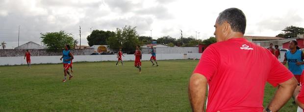 Com uniforme de treino, Jairo Santos observa o treinamento e passa instruções (Foto: Lucas Barros / Globoesporte.com/pb)