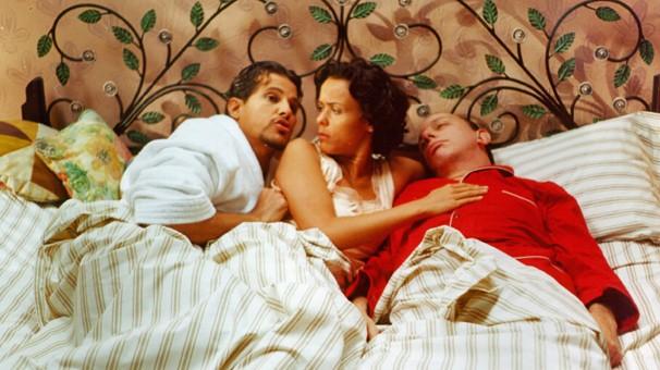 Vadinho (Edson Celulari), Dona Flor (Giulia Gam) e Teodoro (Marco Nanini) em cena de Dona Flor e seus Dois Maridos (Foto: CEDOC Globo)