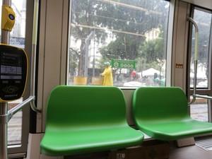 Máquina validadora de bilhetes no interior do trem do VLT (Foto: Rodrigo Gorosito/G1)