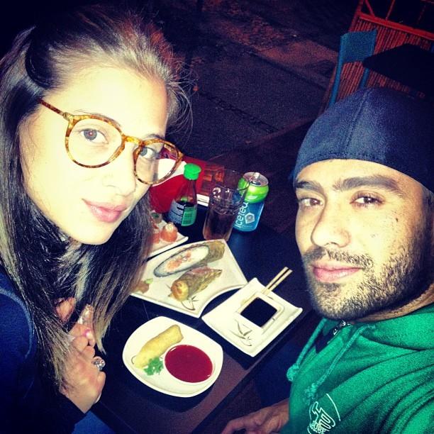 Ex-BBB Yuri e a namorada, Angela Sousa, em restaurante no Rio (Foto: Instagram/ Reprodução)