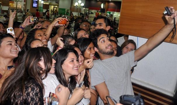 Miguel Rômulo fez a alegria dos fãs de Fortaleza (Foto: Alyne Cardoso / Sistema Verdes Mares)