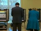 Mitt Romney vota em Massachusetts acompanhado da mulher