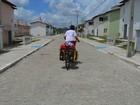 Francês que viaja pelo mundo de bicicleta passa dois dias na PB