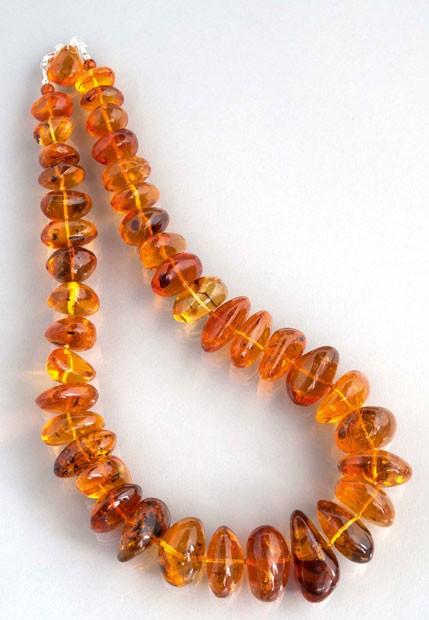 Acredita-se que o colar possa ser vendido por cerca de R$ 30 mil (Foto: Lawrences Fine Art Auctioneers/BBC)