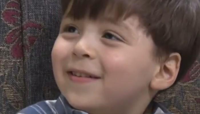 Após ver o vídeo de seu resgate, Omran sorri e olha para o pai (Foto: Reprodução/Ruptly)