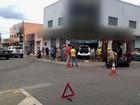 Carro invade loja de roupas e deixa duas pessoas feridas em Goiânia
