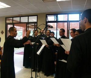 Seminaristas têm aulas de canto (Foto: Divulgação)