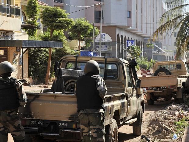 Soldados em cerco ao hotel Radisson Blu, em Bamako, no Mali, sequestrado por homens armados (Foto: Habibou Koyate/AFP)