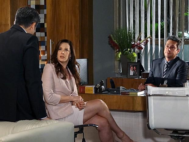 Fofoqueiro! Haroldo comenta com Lívia sobre fotos de Russo (Foto: Salve Jorge/TV Globo)