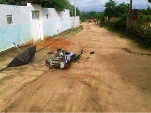 Agricultor empurrava moto quando foi atingido por fio de alta tensão na Bahia (Foto: Retiro Notícias)