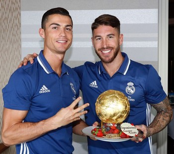 Cristiano Ronaldo e Sergio Ramos bolo de Bola de Ouro (Foto: Reprodução / Twitter)