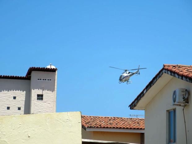 Helicóptero Potiguar-01 auxilia na busca aos suspeitos em Natal (Foto: Andréa Luiza/G1)