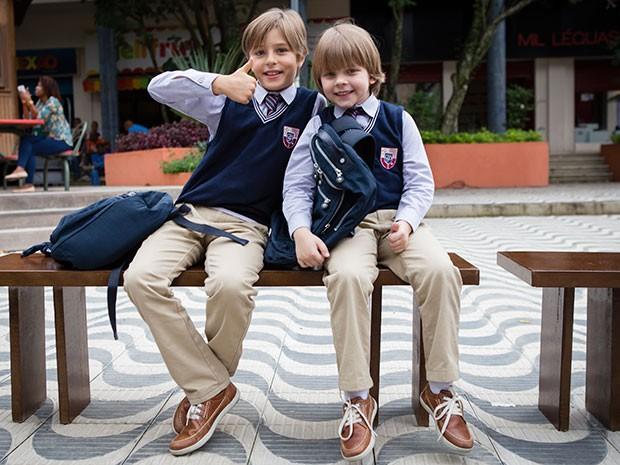 Greg e Rafael posam com o uniforme que Lourenço e Pedroca usam em cena (Foto: Globo/Tatá Barreto)