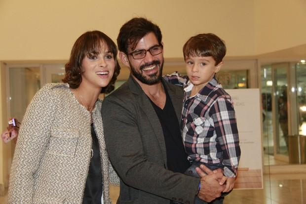 juliano Cazarré com a família em musical no Rio (Foto: Isac Luz/EGO)