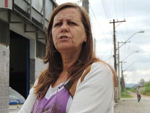 Moradora reclama dos problemas gerados por caminhões na Vila São Francisco (Foto: Pedro Carlos Leite/G1)