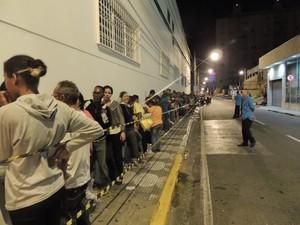 Consumidores fazem fila na madrugada (Foto: Pedro Carlos Leite/G1)