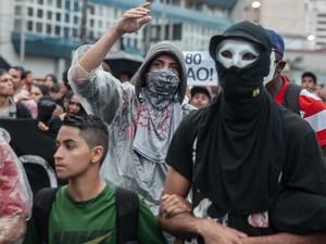 Mascarados formam o pelotão de frente da marcha contra o aumento da tarifa que passa pela zona oeste de São Paulo (Foto: Marcelo Brandt/G1)
