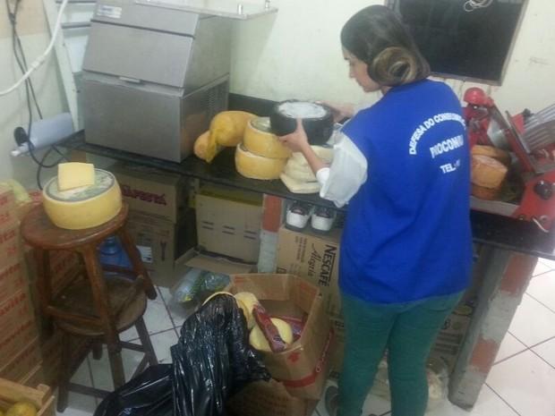 Operação Nagabu apreendeu cerca de 800 quilos de alimentos estragados (Foto: Divulgação / Procon-RJ)