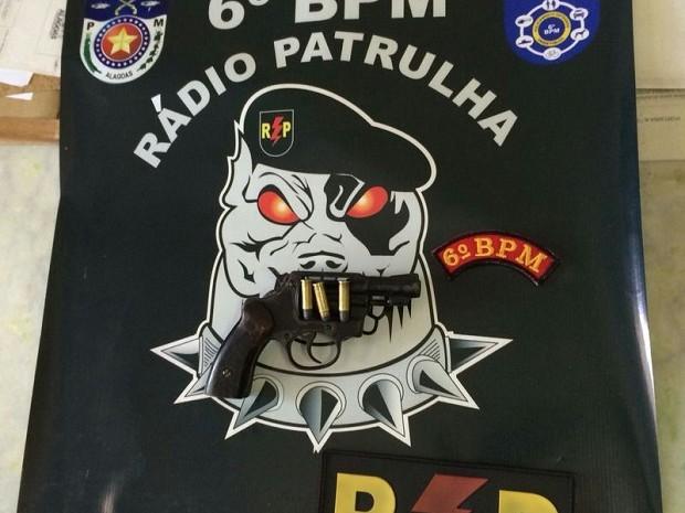 Arma e munições encontradas com criança detida pelos bombeiros (Foto: Divulgação/Corpo de Bombeiros)