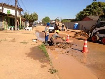 Vazamento de água provoca transtornos (Foto: Larissa Matarésio/G1)