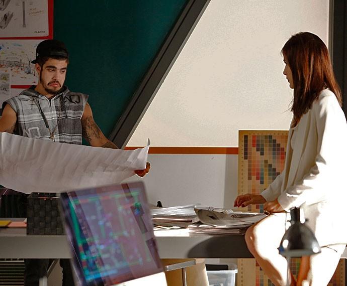 Grego conhece o escritório de Margot na Pilartex (Foto: Raphael Dias/Gshow)