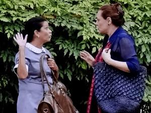 Laura vê Tina conversando com uma mulher (Foto: TV Globo)