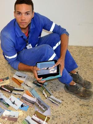 Operário de Viracopos Daniel Brito dos Santos exibe caixa com fotos de aviões (Foto: Leandro Filippi / G1)