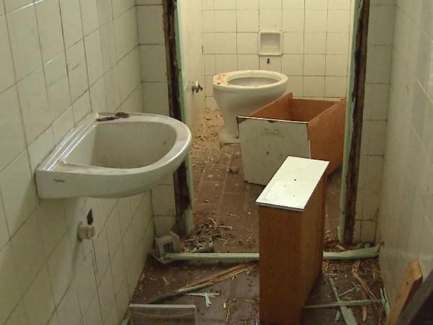 Banheiro foi destruído por vândalos em antigo posto em São Carlos (Foto: Marlon Tavoni/ EPTV)