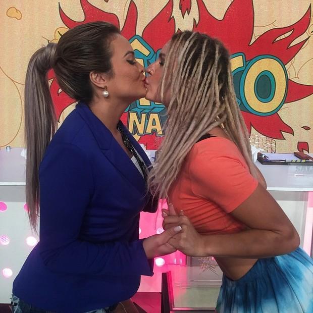 Geisy Arruda e Fernanda Lacerda, a Mendigata, dão selinho (Foto: Reprodução/Instagram)