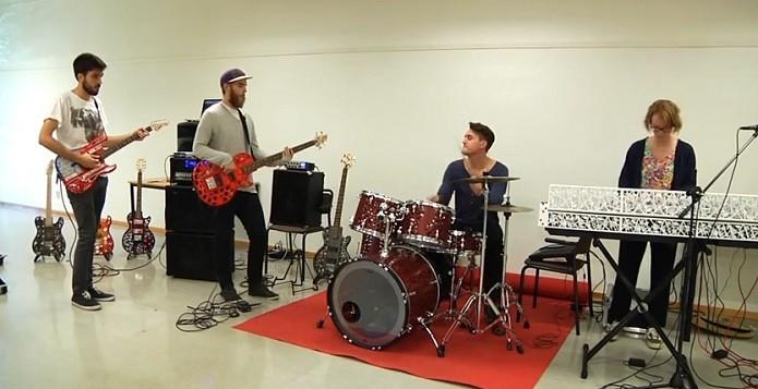 Ensaio da banda usando instrumentos 3D (Foto: Divulgação)
