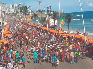 Ambulantes fazem protesto no carnaval de Salvador (Foto: Patrícia Oliveira/G1)