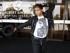 Fã de Michael Jackson leva presente a pai do cantor, internado em SP